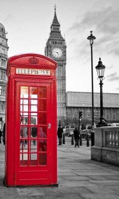 красная телефонная будка в черно-белом Лондоне