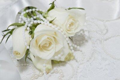 фотообои Белые розы и бусы