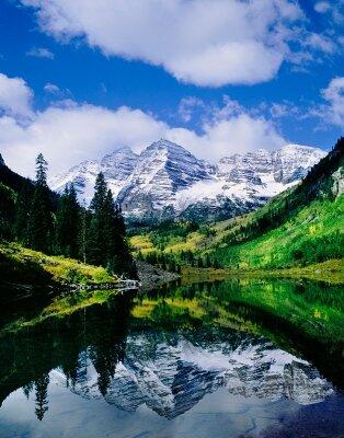 Река у подножья горы
