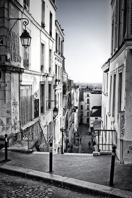 Черно-белые фотообои Узкая улочка