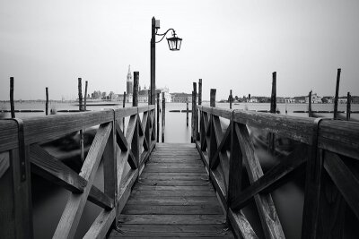 Черно-белые фотообои Венецианский причал