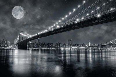 Луна над самым известным нью-йоркским мостом