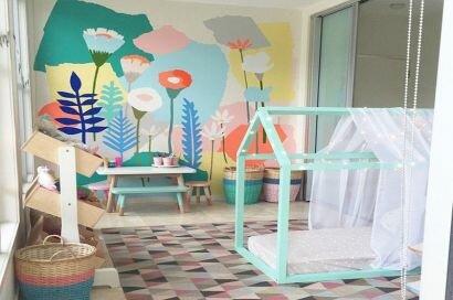 Цветочная картина в интерьере детской