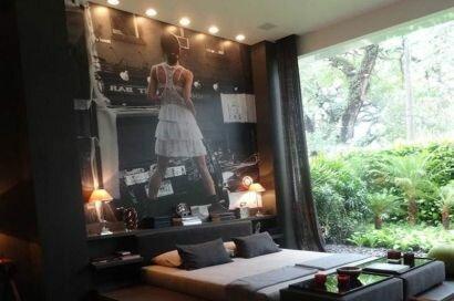 Фотообои с девушкой в инерьере спальни